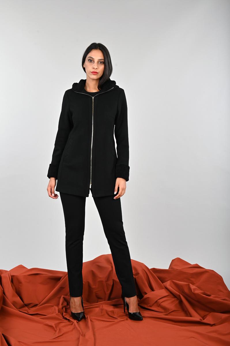 Cappotto invernale in panno elasticizzato accostato ad una eco-pelliccia in tinta