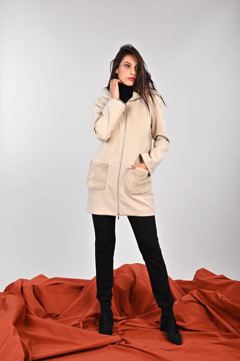 Cappotto femminile abbinato con tessuto panno stretch ed eco-pelliccia