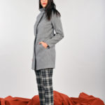Cappotto invernale in panno dalle linee minimal ed essenziali per una donna curvy