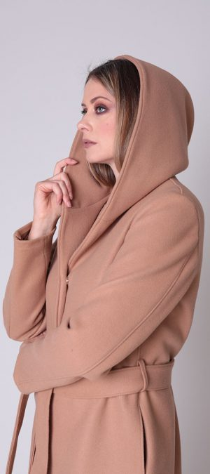 cappotto lungo con cappuccio e cintura