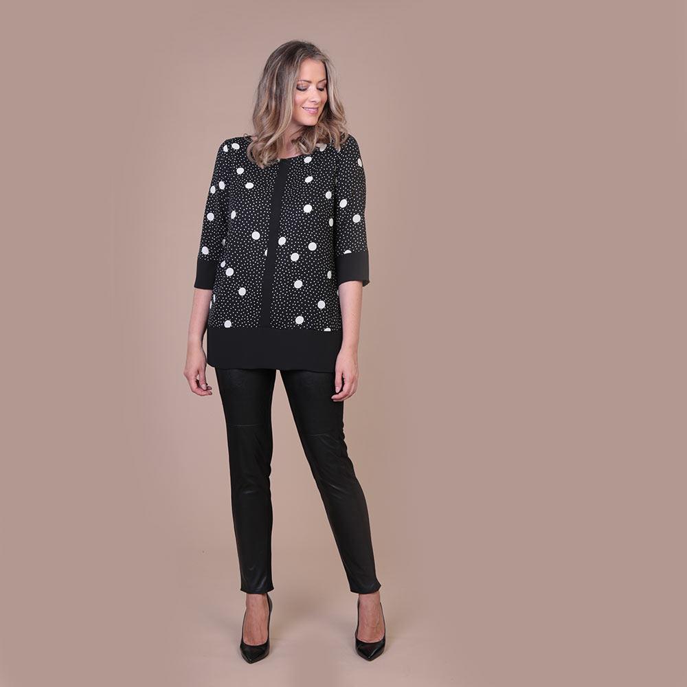 In bianco e nero, i pois sono la fantasia femminile e chic per eccellenza. La camicia a pois bianchi e neri rappresenta sicuramente la tendenza per l'Autunno 2020.